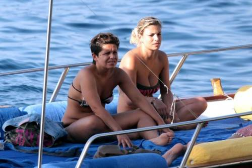 Emma Marrone, curve hot in barca 30