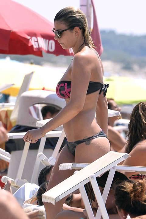 Emma Marrone, curve hot in barca 32