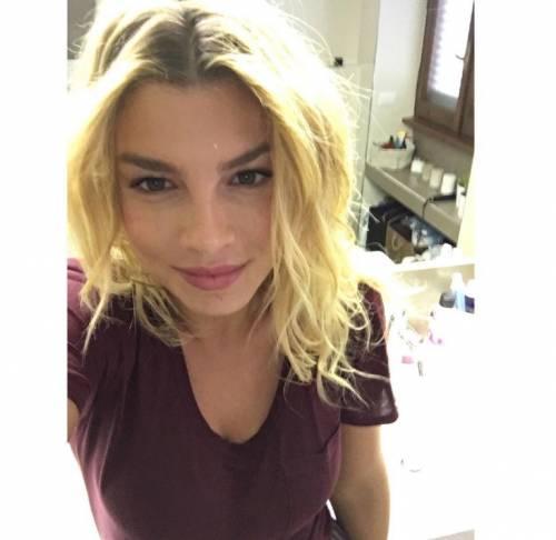 Emma Marrone, curve hot in barca 35