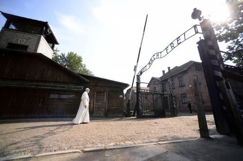 Il Papa in visita ad Auschwitz 7