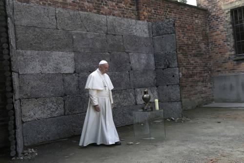 Il Papa in visita ad Auschwitz 11