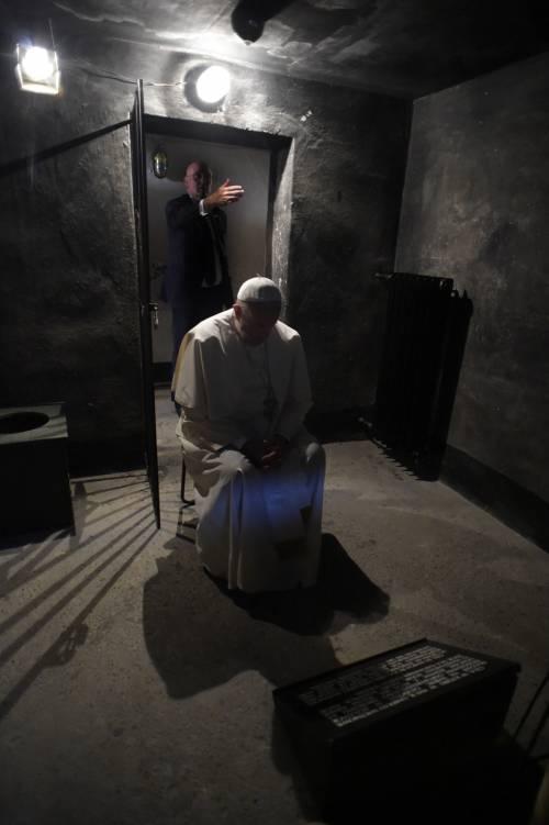 Auschwitz, il Papa nella cella di Massimiliano Kolbe 2