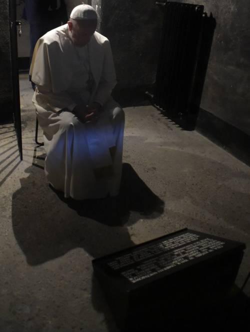 Auschwitz, il Papa nella cella di Massimiliano Kolbe 6