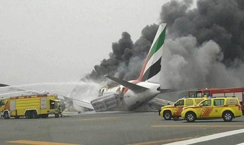 Aereo della Emirates prende fuoco all'atterraggio a Dubai