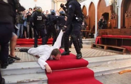 Hollande umilia la Chiesa Polizia profana la messa