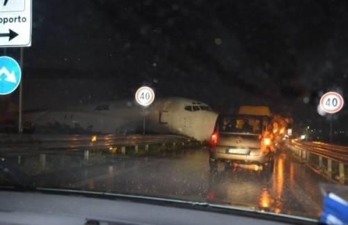 Orio, aereo esce di pista e piomba sulle auto 6