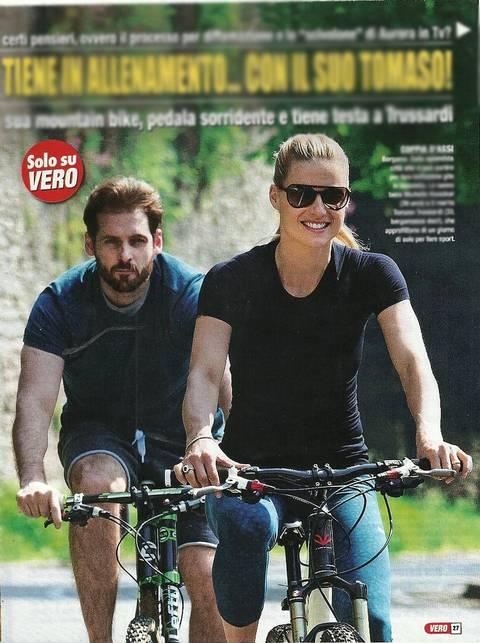 Michelle Hunziker in bici col marito Tomaso 2