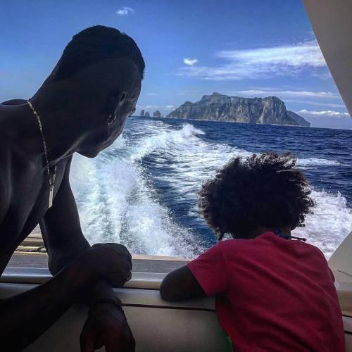 Mario Balotelli papà tenerissimo al mare con la piccola Pia 6