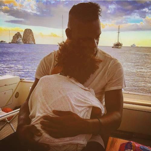 Mario Balotelli papà tenerissimo al mare con la piccola Pia 5