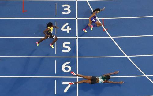 Shaunae Miller (Bahamas) si getta sul traguardo per vincere lai 400 metri a Rio