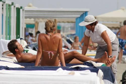 """Scatta l'allarme massaggi in spiaggia: """"Dannosi per la salute"""""""
