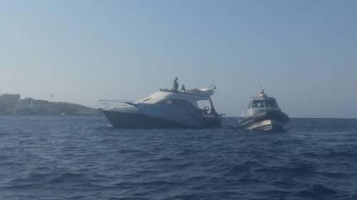 Ventotene, la protesta in barca di Alemanno 2