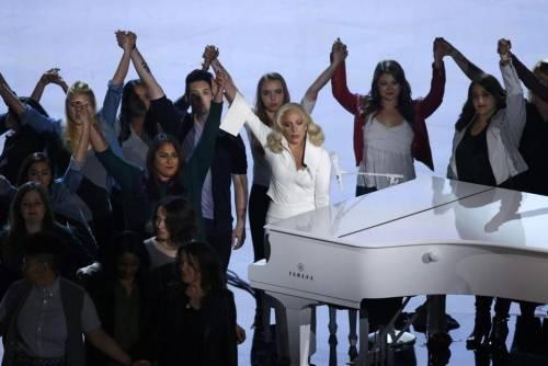 Lady Gaga per il terremoto: foto 13