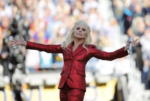 Lady Gaga per il terremoto: foto 16