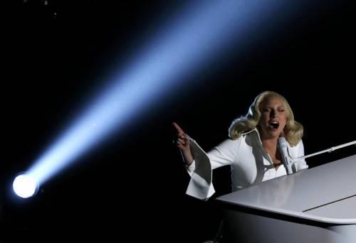 Lady Gaga per il terremoto: foto 28