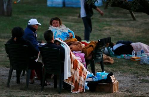 Terremoto, la prima notte degli sfollati tra freddo e paura 12