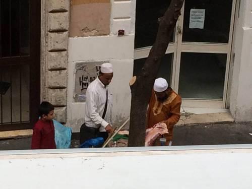 A Roma i kebabbari macellano la carne per strada