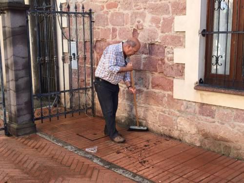 Bloccano le assunzioni: il sindaco e gli assessori costretti a pulire le strade
