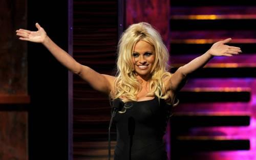 Pamela Anderson: le foto della bionda tutta curve 13