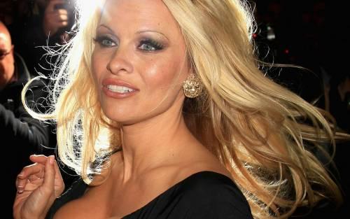 Pamela Anderson: a 49 anni nuda per The People Garden