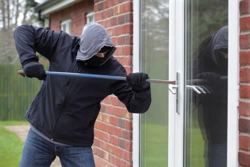 Costretti a portare i rapinatori in casa e consegnare tutto: il dramma di una coppia