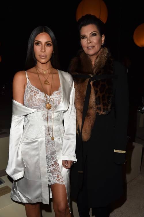 Kim Kardashian, il décolleté esplosivo della diva 11