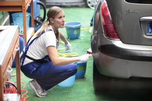 GF Vip, sexy car washing per Valeria Marini e Pamela Prati 9