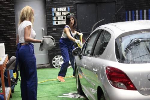 GF Vip, sexy car washing per Valeria Marini e Pamela Prati 4