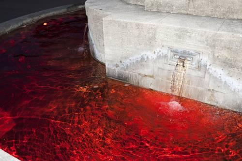 Mestruazioni taboo: le fontane di Zurigo si colorano di rosso 2