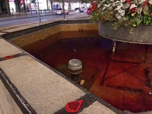 Mestruazioni taboo: le fontane di Zurigo si colorano di rosso 6