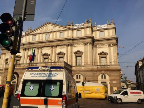 Milano, sul tetto della Scala per protesta 5