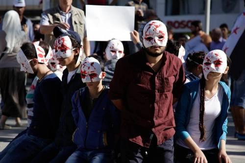 Attivisti siriani sfollati a Gaziantep chiedono la fine dei bombardamenti su Aleppo