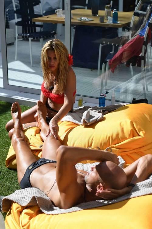 Grande Fratello Vip, Valeria Marini sempre più sexy 29