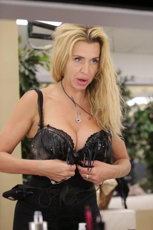 Grande Fratello Vip, Valeria Marini sempre più sexy 36