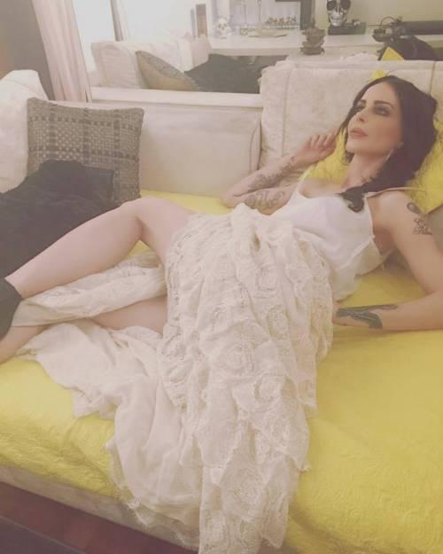 Nina Moric sexy nell'intimità della sua casa 16