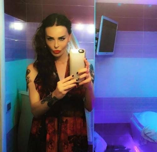 Nina Moric sexy nell'intimità della sua casa 18