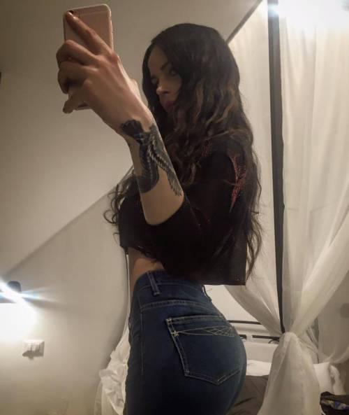 Nina Moric sexy nell'intimità della sua casa 23