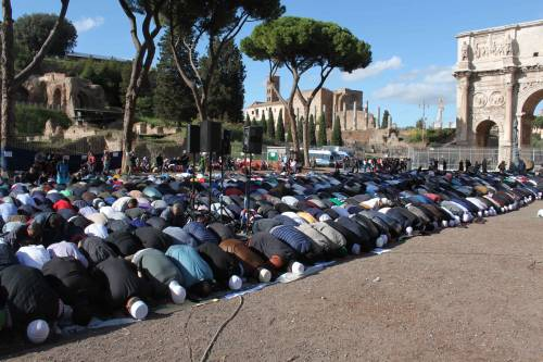 Il venerdì di preghiera dei musulmani al Colosseo 3