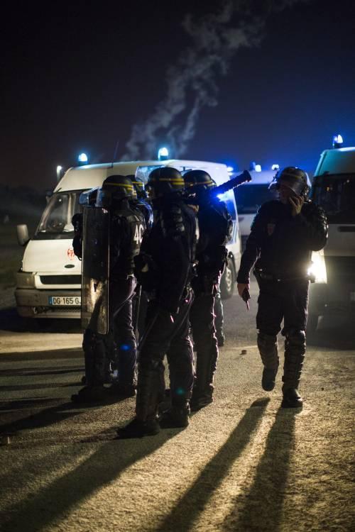 """A Calais scoppia la rivolta nella """"giungla"""" 17"""