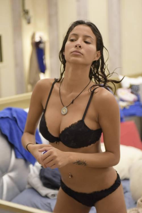Grande Fratello Vip: doccia hot per Mariana Rodriguez 7