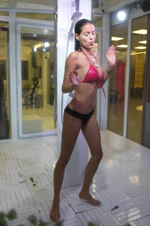 Grande Fratello Vip: doccia hot per Mariana Rodriguez 16
