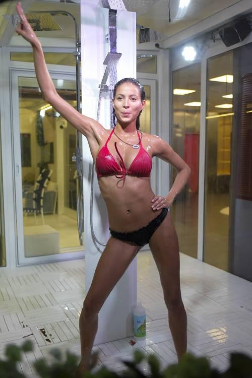 Grande Fratello Vip: doccia hot per Mariana Rodriguez 23