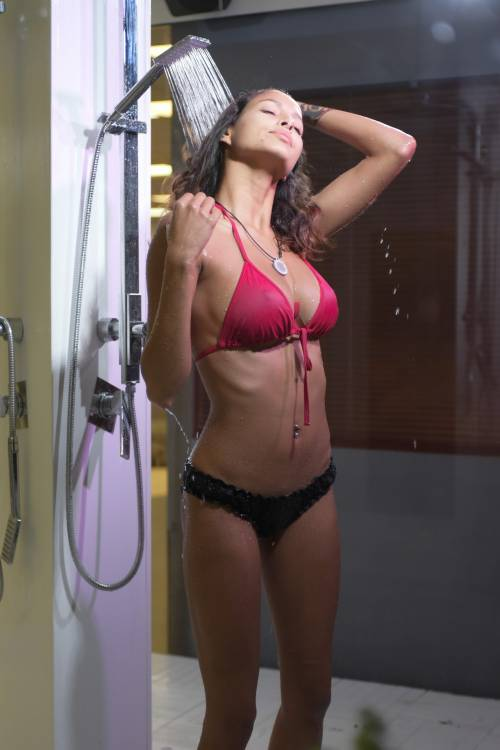 Grande Fratello Vip: doccia hot per Mariana Rodriguez 34