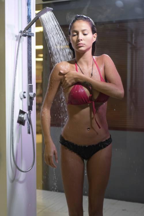 Grande Fratello Vip: doccia hot per Mariana Rodriguez 36