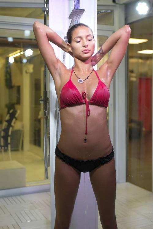 Grande Fratello Vip: doccia hot per Mariana Rodriguez 38