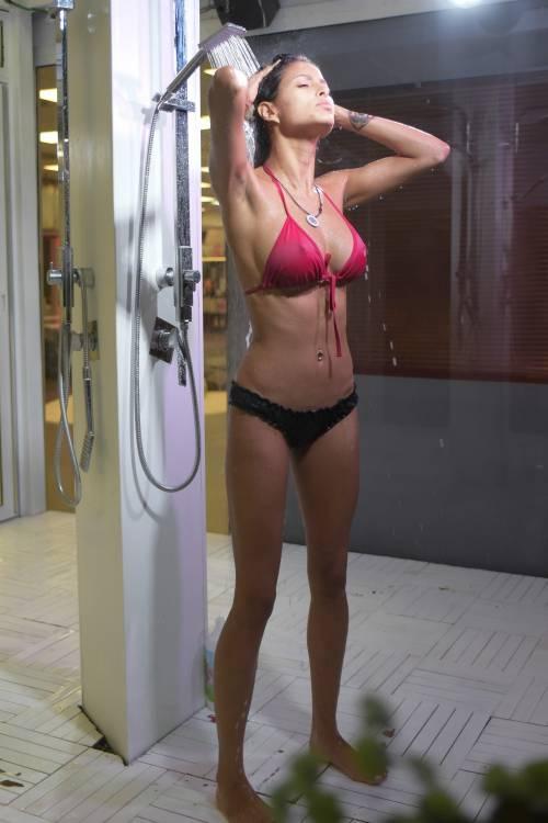 Grande Fratello Vip: doccia hot per Mariana Rodriguez 40