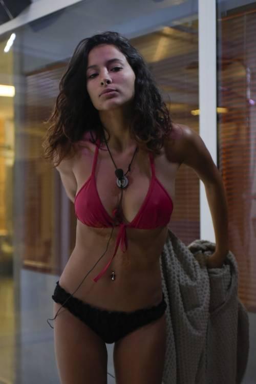 Grande Fratello Vip: doccia hot per Mariana Rodriguez 48