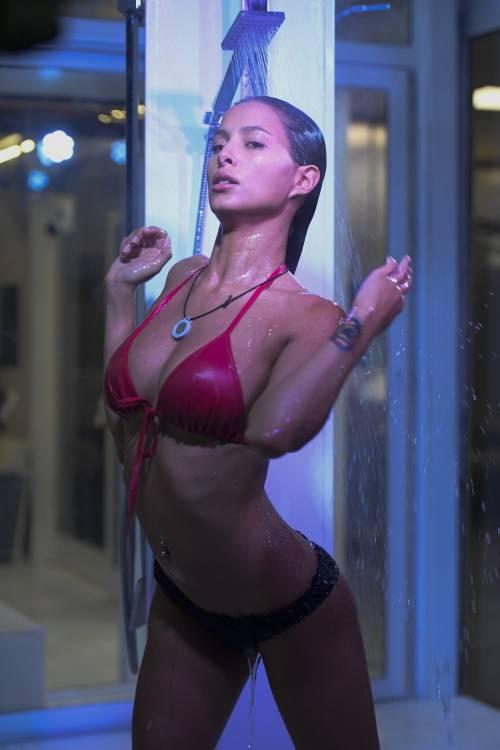Grande Fratello Vip: doccia hot per Mariana Rodriguez 50