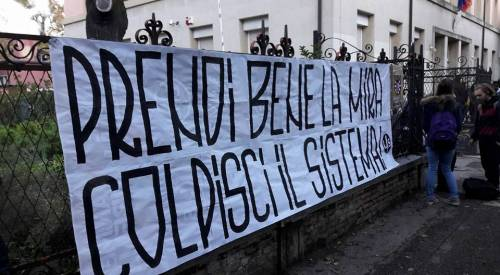 Renzi preso a freccette 3