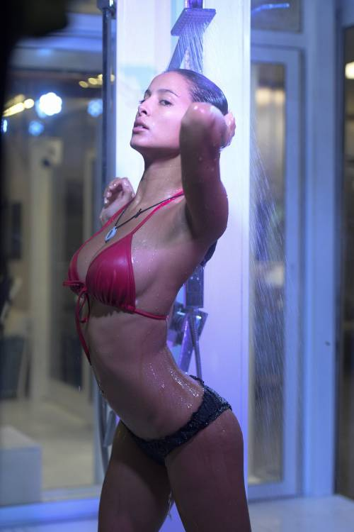 Grande Fratello Vip, i momenti sexy di Mariana Rodriguez 31